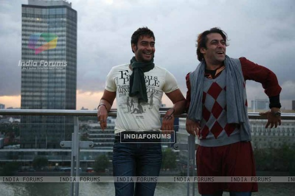 Salman Khan and Ajay Devgan in the movie London Dreams (38590)