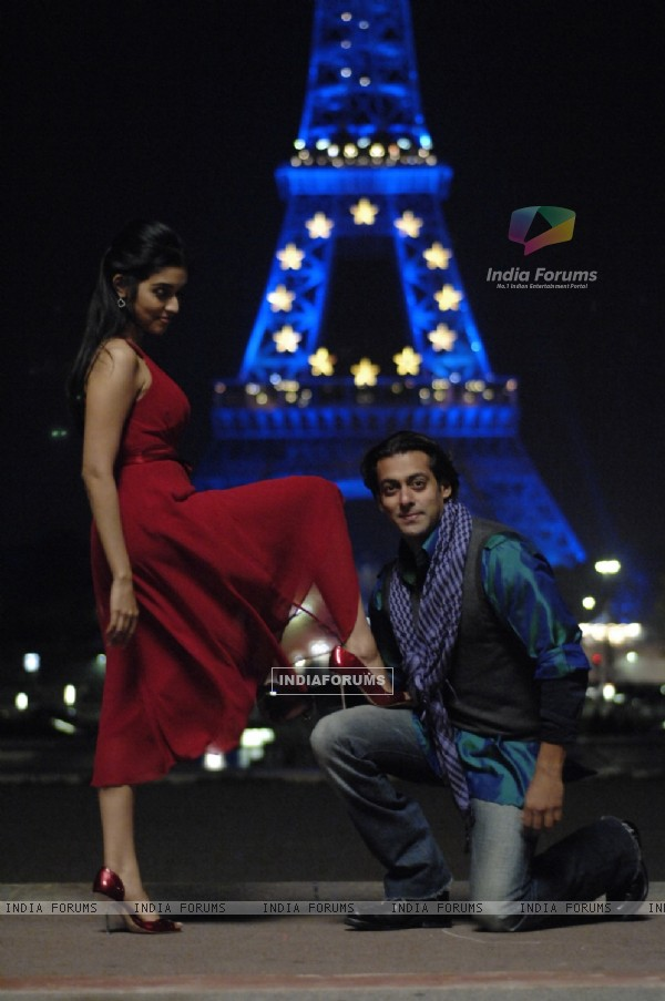 A still image of Salman and Asin (38593)
