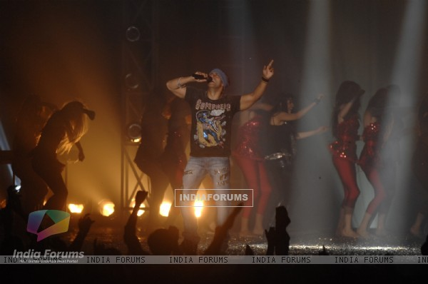 Salman Khan rocks the floor