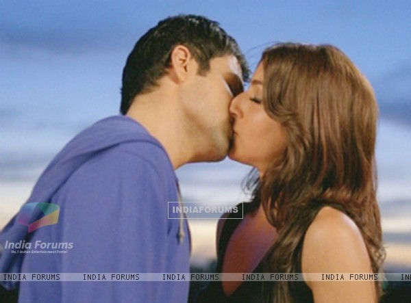 Emraan Hashmi and Soha Ali Khan kissing each other