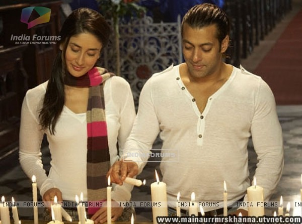 Salman and Kareena lighting candles (38657)