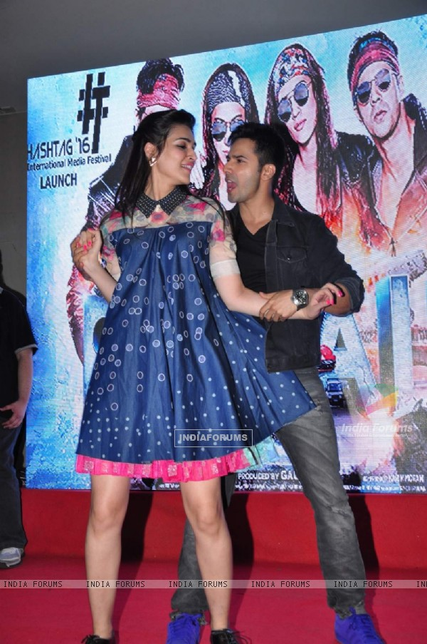 Varun Dhawan and Kriti Sanon performing at Promotions of 'Dilwale' at Mithibai College