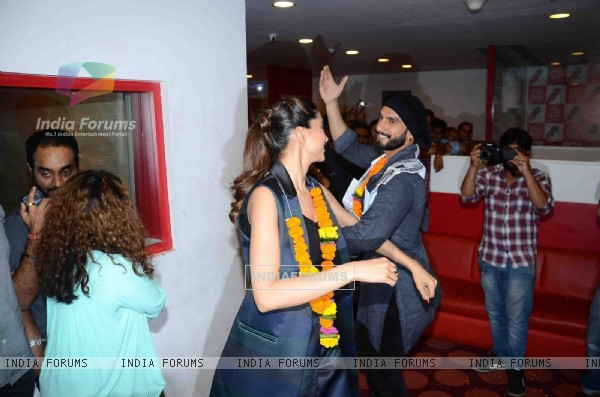 Deepika and Ranveer Dacnces on the Beats at Promotions of Bajirao Mastani at Red FM