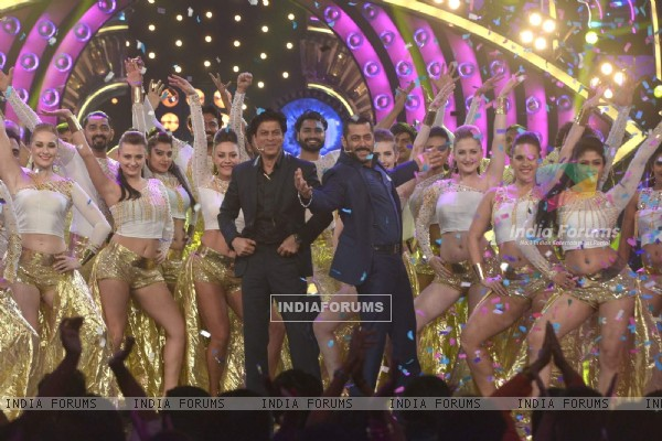 Salman Khan Strike a pose of Shah Rukh Khan during a dance performance on Bigg Boss 9