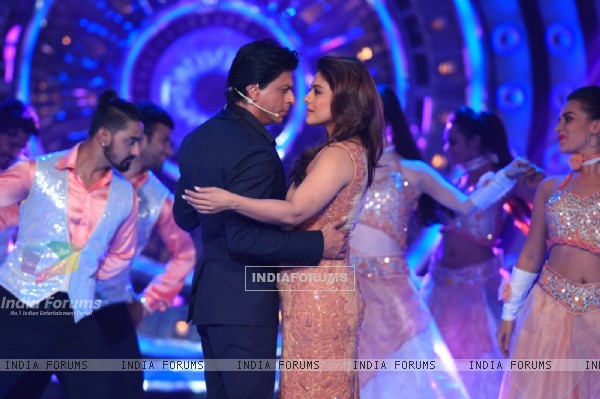 Shah Rukh Khan  and Kajol Performs during Promotions of Dilwale on Bigg Boss 9