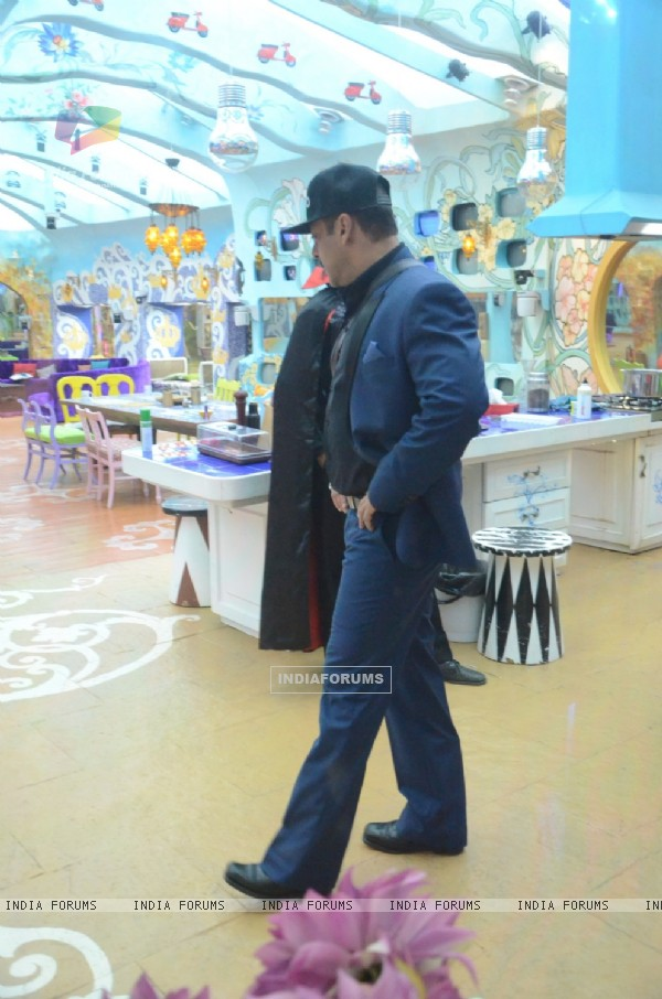 Salman Khan in Bigg Boss House for his Birthday Celebration