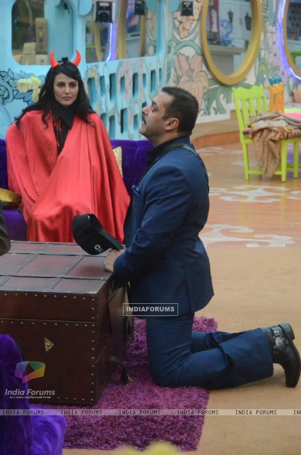 Salman Khan in Bigg Boss House for his Birthday Celebration with Contestants