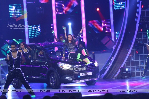 Sonakshi Sinha Performs at Guild Awards 2015 - Performances
