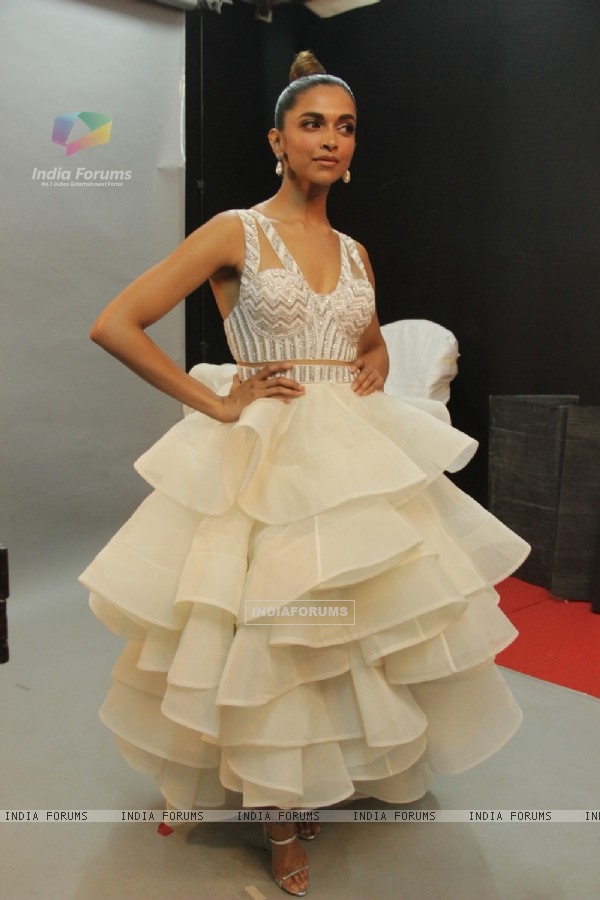 Deepika Padukone dazzling in white at the 22nd Annual Star Screen Awards
