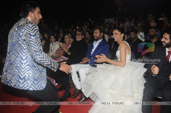 Ranveer- Deepika's cute exchange of glances at the 22nd Annual Star Screen Awards