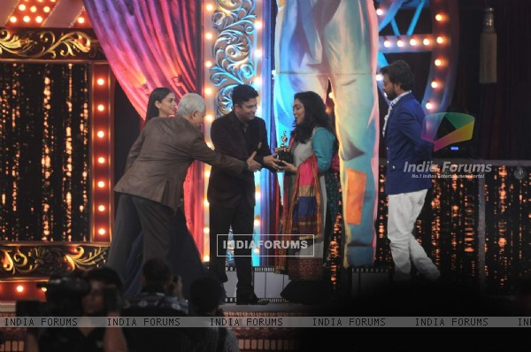 Meghna Gulzar receiving her Award at the 22nd Annual Star Screen Awards