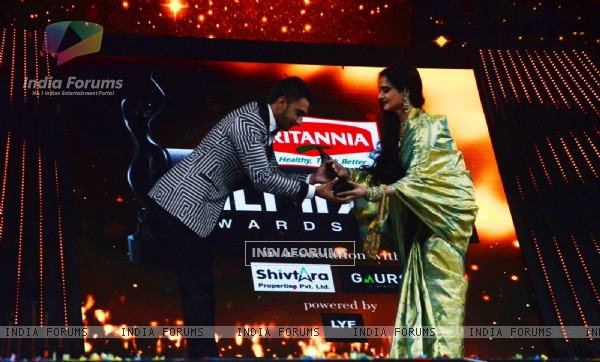 Ranveer Singh receiving his award from Rekha at Filmfare Awards 2016