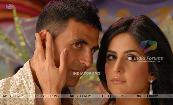 Akshay Kumar and Katrina Kaif looking someone (39231)