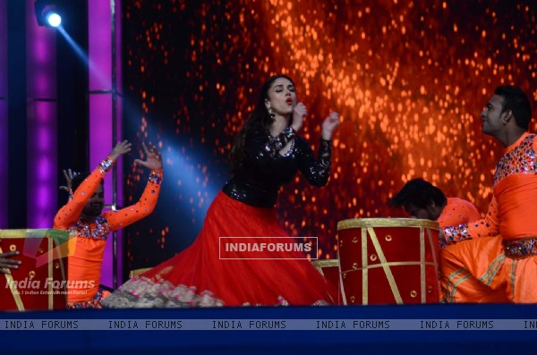 'Beauty' Aditi Rao Hydari Performs at Umang Police Show 2016