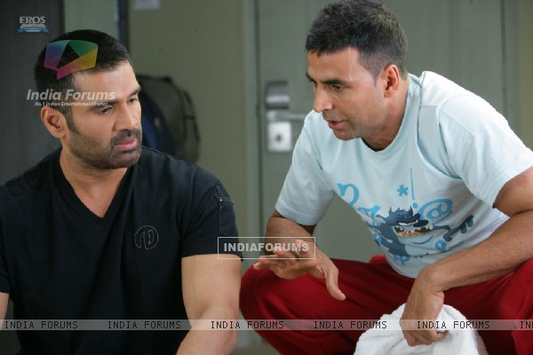 Akshay Kumar giving ideas to Sunil Shetty