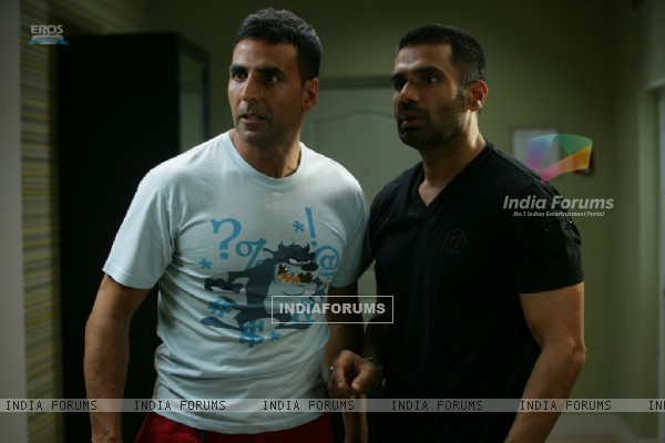 Akshay Kumar and Sunil Shetty looking shocked (39245)