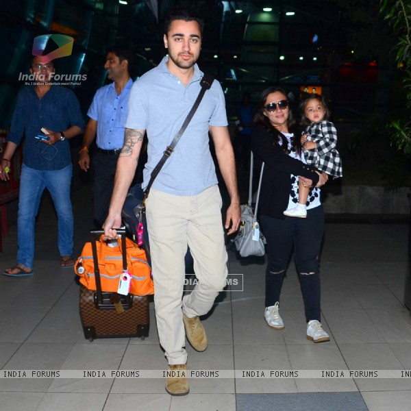 Imran Khan Snapped with wife Avantika and daughter Imara at Airport