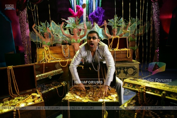 Sunil Shetty with lots of gold and jewellery (39254)