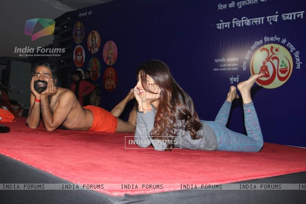 Shilpa Shetty attends Baba Ramdev's 'Yog Chikitsa' Campaign Early in the morning