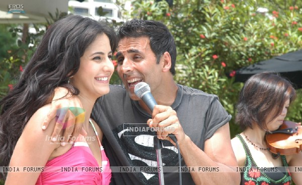 Akshay sing a song for Katrina (39267)