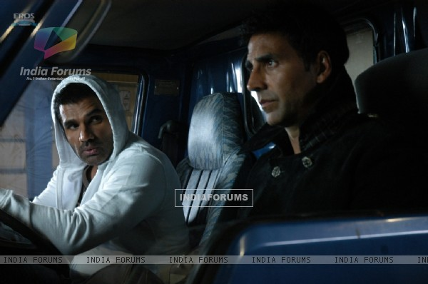 Akshay and Sunil in De Dana Dan movie (39269)