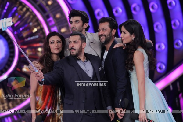 Katrina Kaif, Aditya Roy Kapur and Tabu Promtes Fitoor on Bigg Boss 9 Grand Finale Episode