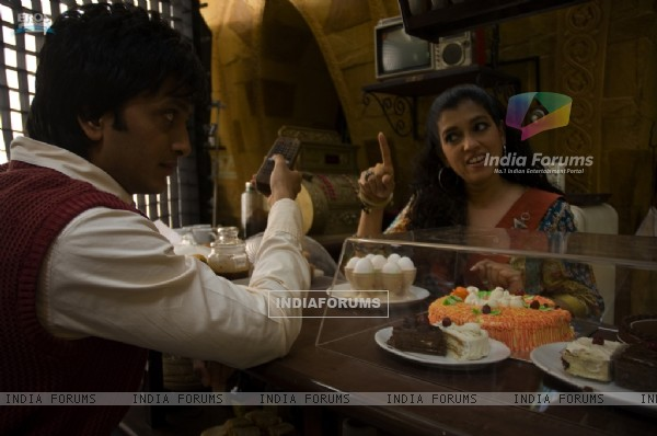 Ratna Pathak talking to Ritesh Deshmukh