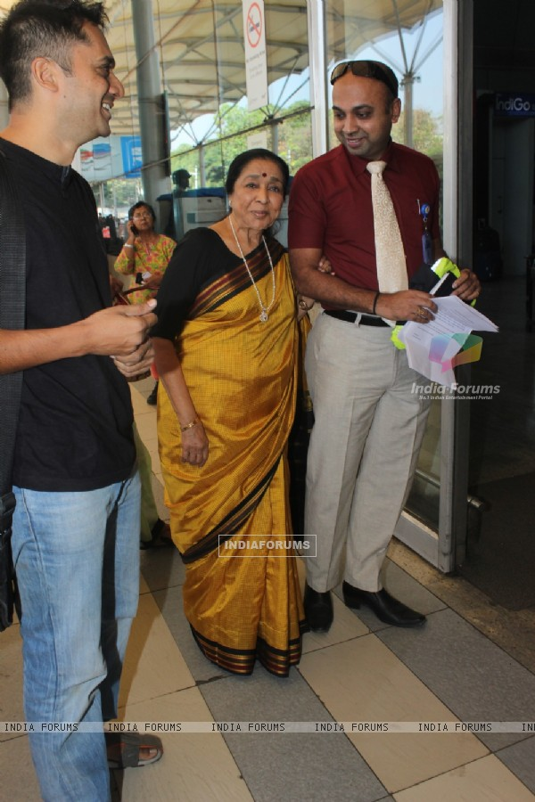 Asha Bhosle Snapped at Airport
