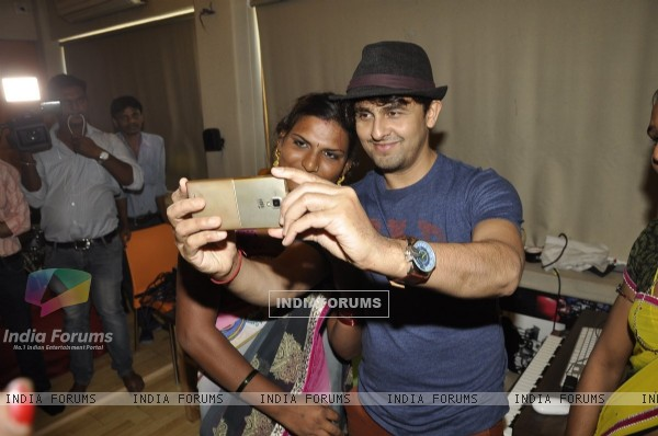 Sonu Nigam Clicks Selfie at Launch of Transgender Band - 6 Pack's 'Rab De Bande' Song