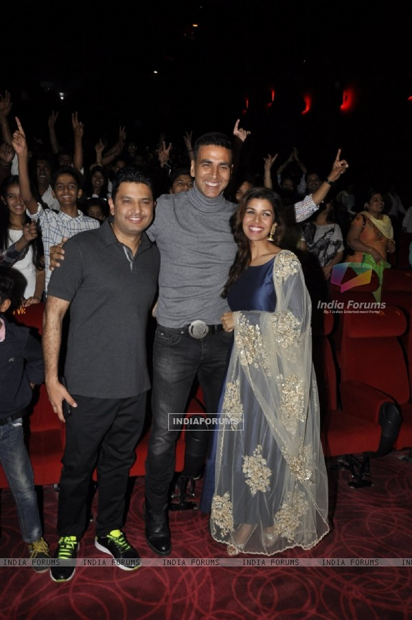 Akshay Kumar, Nimrat Kaur and Bhushan Kumar Promotes 'Airlift' - Team Meets Audience