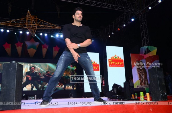 Sooraj Pancholi Performs on 'Dance Ke Legend' at MET Utsav