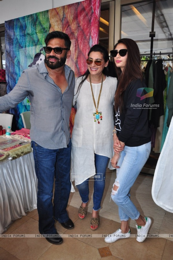 Athiya, Mana and Suniel Shetty at Araaish Exhibition 2016