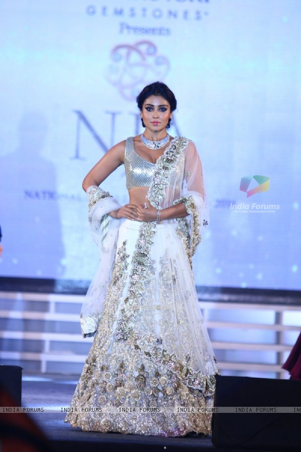 Shriya Saran Walks at National Jewellery Awards 2016