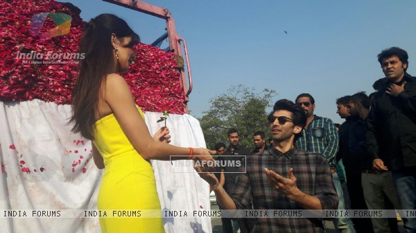 Aditya Presents a Truck Full of Roses on Rose Day Katrina!
