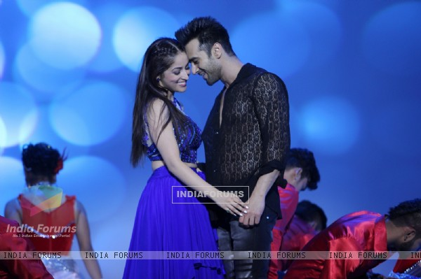 Pulkit and Yami Promotes Sanam Re on Star Plus' Valentine Day Special Episode-Ishkiyaon Dhishkiyaon