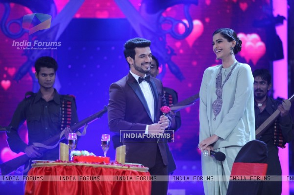 Arjun Bijlani and Sonam Kapoor on Star Plus's Valentine Day Special Episode - Ishkiyaon Dhishkiyaon