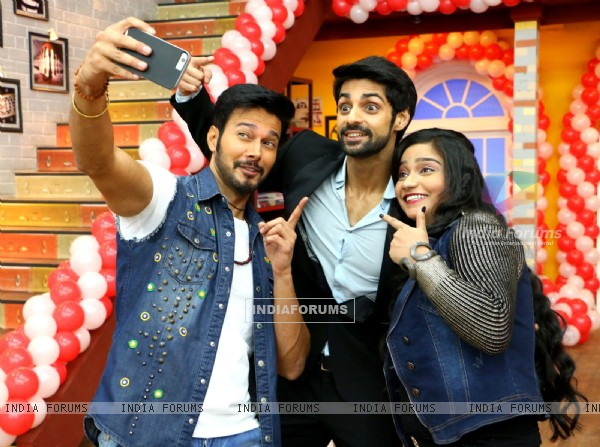 Rajneesh Duggal and Swati Sharma Takes Selfie with Karan Wahi: Promotes 'Direct Ishq'