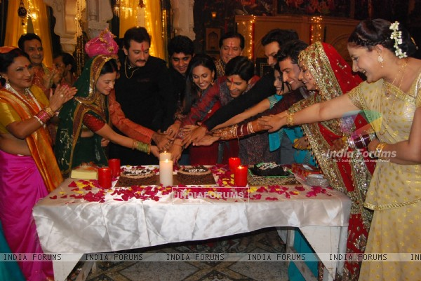 Cake cutting party in the show Maat Pitaah Ke Charnon Mein Swarg