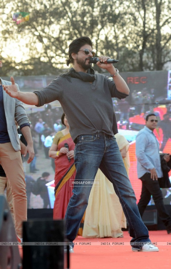 Shah Rukh Khan's Signature Pose: at Launch of 'FAN' Anthem at Hansraj College