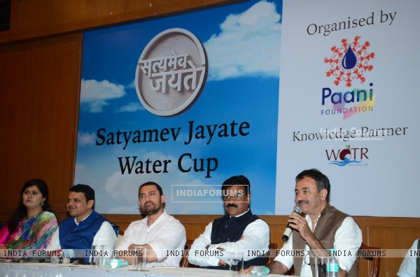 Hon'ble CM Devendra Fadnavis, Aamir Khan and Rajkumar Hirani at Launch of Satyamev Jayate Water Cup