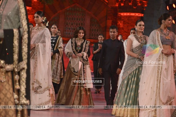 Soha Ali Khan walks for Vikram Phadnis at Make in India Bridal Couture Show