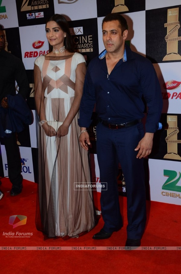Salman Khan and Sonam Kapoor at Zee Cine Awards 2016