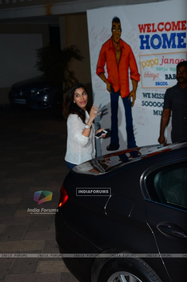 Sophie Choudry at Sanjay Dutt Home!