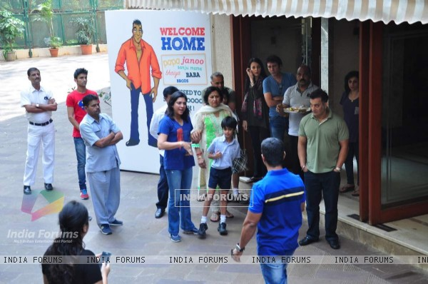 Priya Dutt and Family waits for Sanjay Dutt to Arrive at Home!