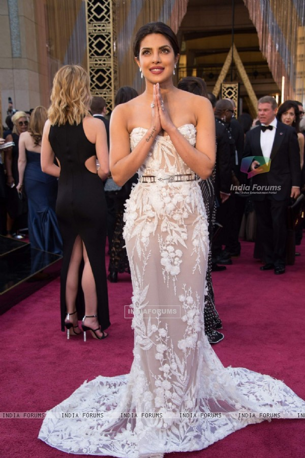 Gorgeous Priyanka Chopra Sizzles at Oscar Awards 2016
