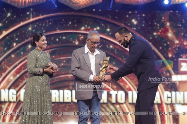 Rohit Shetty presents Lifetime Achievment Award to Veeru Devgn
