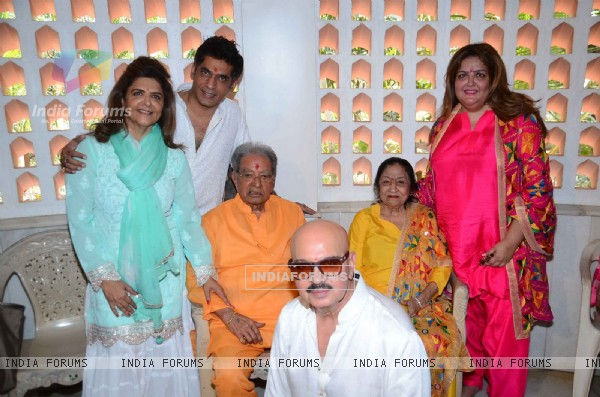 Hrithik Roshan and Rakesh Roshan performs Mahashivratri Pooja with Family