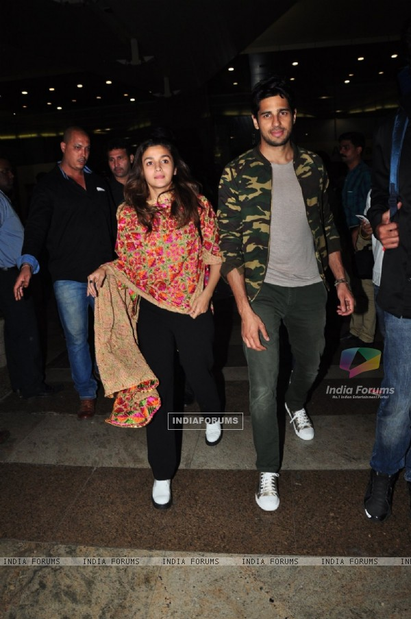 Sidharth Malhotra and Alia Bhatt Snapped at Airport
