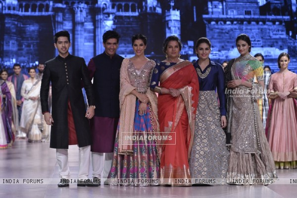 Shabana Azmi, Sophie Choudry, Huma Qureshi and Athiya Shetty on Ramp of CPAA Fevicol Show