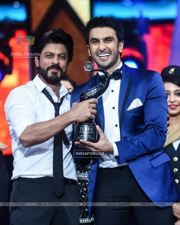 Shah Rukh Felicitates Ranveer Singh at TOIFA Awards at TOIFA Awards